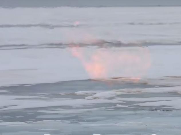 Немалый подледный пожар наозере Байкал попал навидео