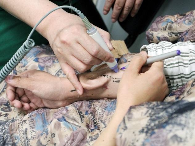 Китайские врачи благополучно пересадили пациенту «выращенное» наруке ухо