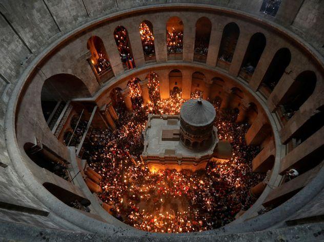 Благодатный огонь сошел наГроб Господень вИерусалиме