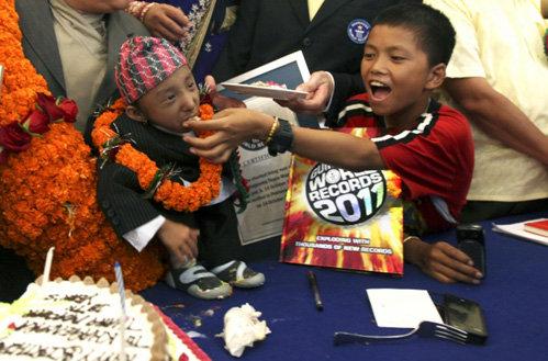 На радостях родственники принялись закармливать маленького рекордсмена Книги рекордов Гинесса