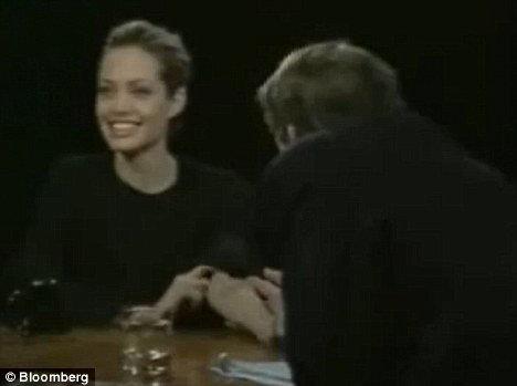 По словам драгдилера, десять лет назад Джоли была под «коксом» во время телеинтервью с знаменитым телеведущим Чарли Роузом.
