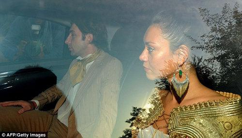 Прибывающие на свадьбу гости были одеты в золотистые тона