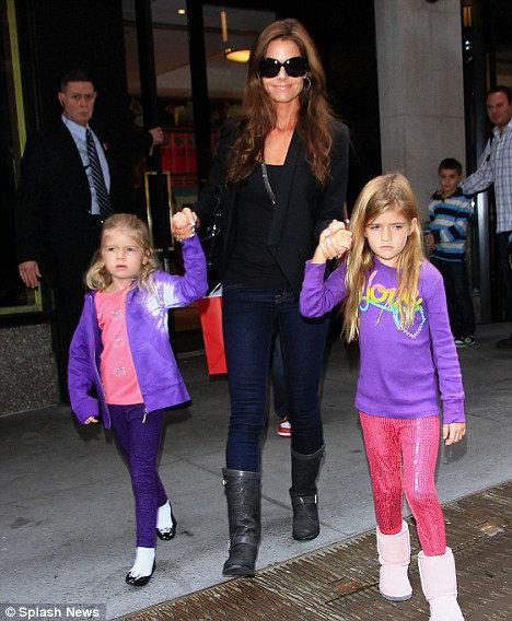 Дениз с дочками - шестилетней Сэм и пятилетней Лолой - приехала в Нью-Йорк вместе с экс-супругом, чтобы отвлечь его от пьянства