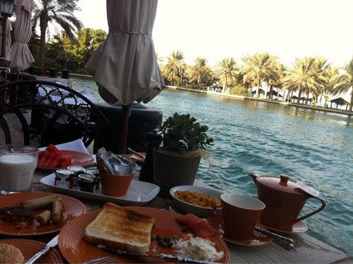 Скромный завтрак телеведущей с видом на Персидский залив