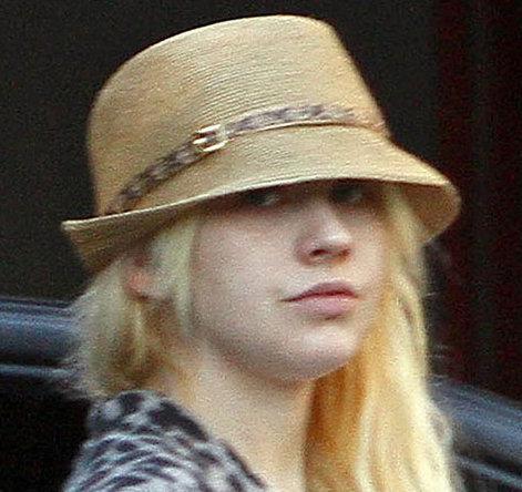 Без косметики певица выглядит совсем иначе, чем на обложках глянцевых журналов. Фото: justjared.buzznet.com