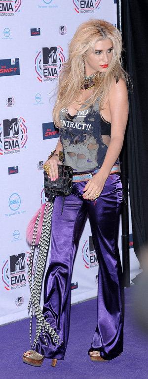 Kesha появилась в наряде, от которого у зрителей рябило в глазах