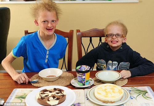 У мальчишек плохо растут зубы, так что они могут есть только мягкую пищу