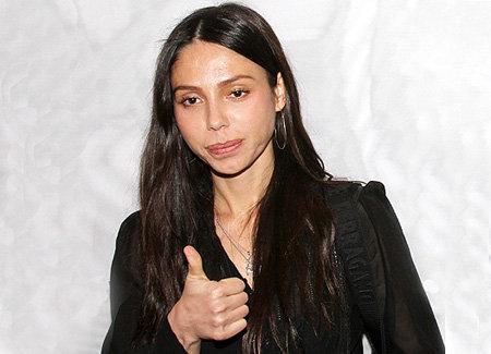 После последнего судебного заседания Оксана подняла вверх большой палец, показывая, что всё идёт хорошо