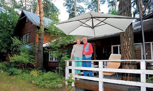 Василию и Елене ЛИВАНОВЫМ принадлежит один из самых старых домов в Заречье (фото Витал ФЁДОРОВ/