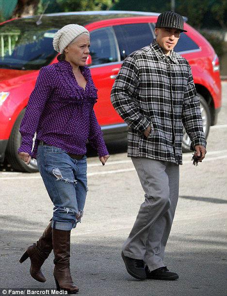 Если от спиртного беременная певица отказалась, то от привычки ходить на каблуках - пока нет. Фото Daily Mail