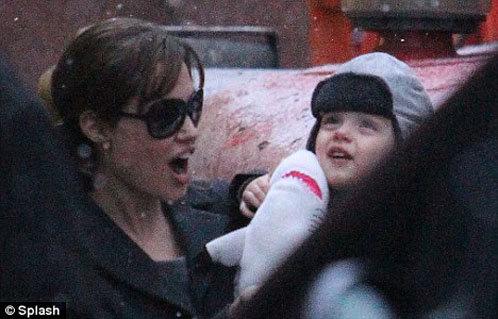 Анджелина Джоли  со своим младшим сыном Ноксом.
