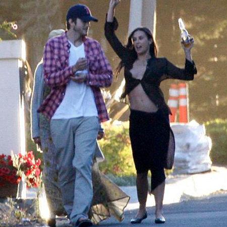 Деми и Эштона сблизили общие интересы . К тому же супруга может и на дискотеке зажечь, и стриптиз на улице показать. Фото TMZ.com