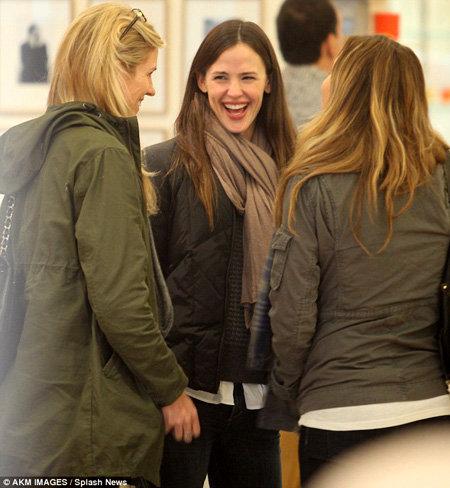 Дженнифер ГАРНЕР остановилась на минутку - поболтать с подругами