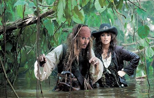 В грядущих «Пиратах Карибского моря» вместо Киры НАЙТЛИ главную героиню сыграет Пенелопа КРУС (на снимке вместе с Джонни ДЕППОМ)