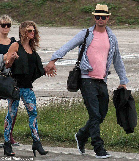 Накануне на Сент-Бартс пилетела Ферджи вместе со своим супругом Джошем Дюамелем. Фото: Daily Mail