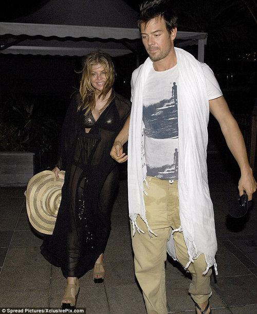 Вечером Ферджи вместе с мужем Джошем Дюамелем отправилась поужинать в местный ресторанчик.