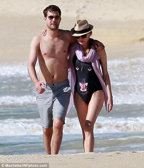 Диана КРЮГЕР гуляет по пляжу в таком же купальнике, в каком ранее засветилась РИАННА