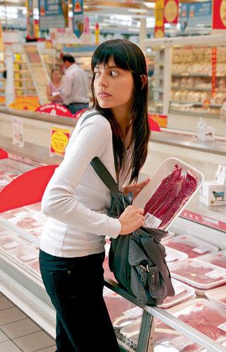 Стандартный магазинный воришка - женщина, а добыча - деликатесы