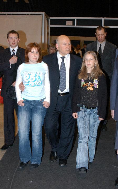 Юрий ЛУЖКОВ с дочками Леной и Олей