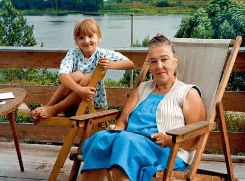 Актриса с внучкой на своей даче в Гатчине