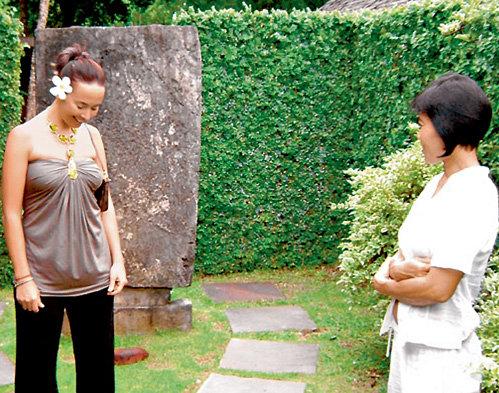 На Бали местные жительницы оказывают туристкам самые разные виды услуг (фото из личного архива певицы)