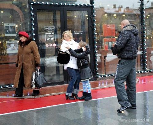 Елену и её дочь Соню повсюду сопровождает крепкий охранник