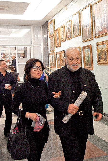Бедрос КИРКОРОВ прогуливался по думской галерее с подружкой Джемой