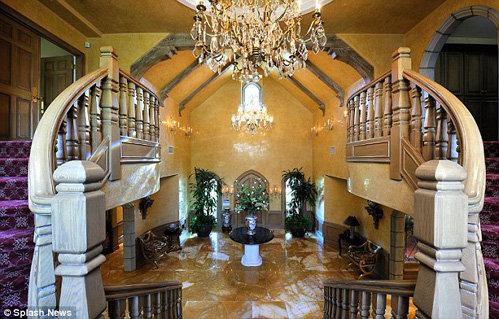 Гостей особняка встречает роскошный холл