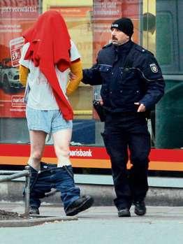Злоумышленника вывели из банка со спущенными штанами.