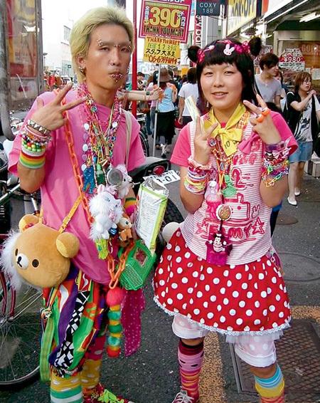 Многие прохожие на токийских улицах напоминают сумасшедших