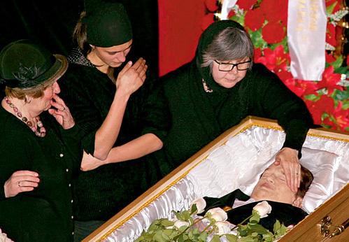 Первая жена певца Галина и дочь Кира не отходили от гроба