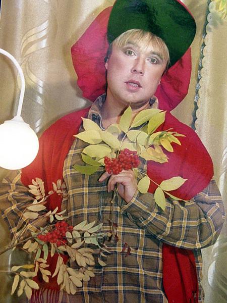 В таком виде Рябушинский впервые вышел на сцену с песней Аллы Борисовны «Старинные часы» и был обласкан публикой. Впоследствии он выступал в парике и в платье «а-ля Пугачева»