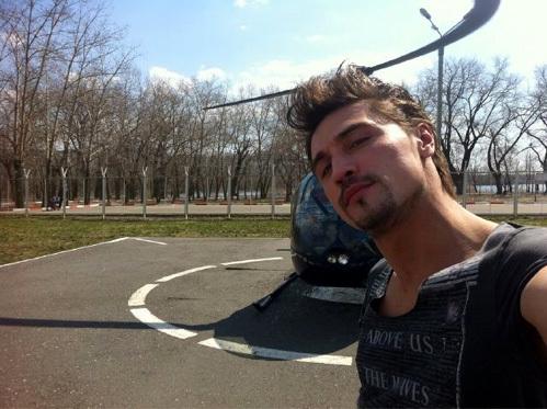 Дима БИЛАН сфотографировался на фоне вертолёта, на котором катали молодых