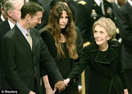 Пэтти ДЭВИС с матерью Нэнси РЕЙГАН на похоронах отца. Фото Daily Mail