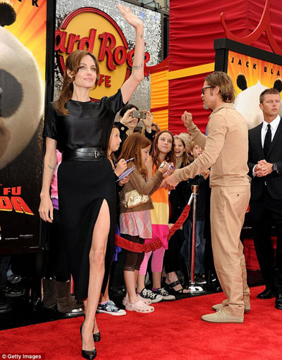 Пока Анджелина позировала, Брэд с удовольствием раздавал автографы