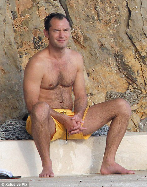 Но несмотря на нехватку волос на голове, актёр все равно выглядит на редкость сексуальным. Фото: Daily Mail.
