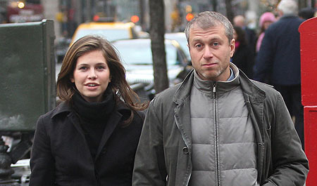 Нынешняя подруга олигарха Дарья ЖУКОВА тоже успешно распродает недвижимость олигарха. Фото: Daily Mirror.