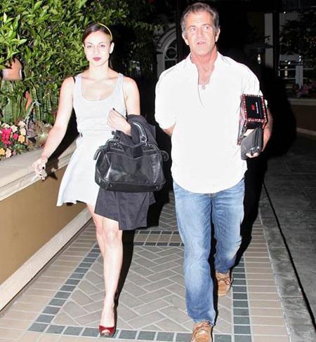 Папарацци сфотографировали Мела ГИБСОНА и его девушку выходящими из отеля Four Seasons. Фото TMZ