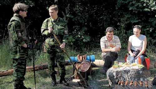 После съёмок на природе «шестикадровцы» закатили знатную пирушку (на снимке слева направо: РАДЗЮКЕВИЧ, КАЙКОВ, ДОРОГОВ и ДАНИЛОВА)