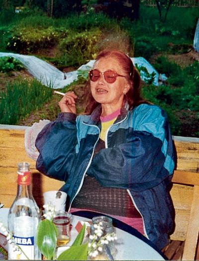 Жанна Трофимовна любила посидеть в тёплой компании с соседями по деревеньке. Среди них были известные врачи, космонавты и архитекторы