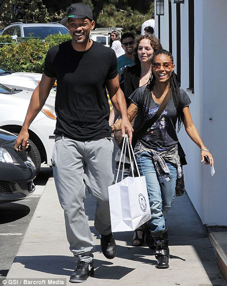 Уилл СМИТ и Джажа демонстрируют семейное единение - вчера актёры демонстративно прошлись по магазинам, лучезарно улыбаясь папарацци
