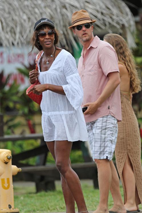 Наоми КЭМПБЕЛЛ отправитлась на шопинг с Эдвардом НОРТОНОМ и его невестой. Фото: Splash/All Over Press.