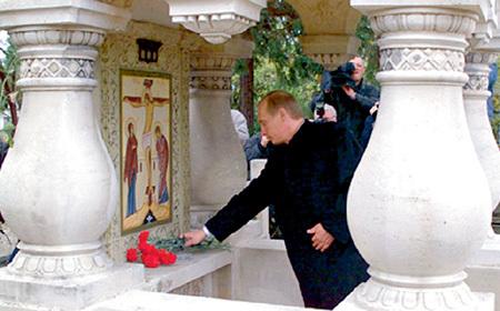 Владимир ПУТИН принёс цветы к иконе на русском кладбище в Сен-Женевьев-де-Буа под Парижем, где похоронен супруг аристократки-разведчицы - князь Николай ОБОЛЕНСКИЙ