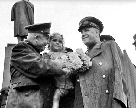 В 1957 г. над ХРУЩЕВЫМ нависли «партийные тучи», и он умолял полководца Георгия ЖУКОВА за него заступиться, а когда гроза миновала, обвинил его в создании собственного культа личности в армии и снял с поста министра обороны