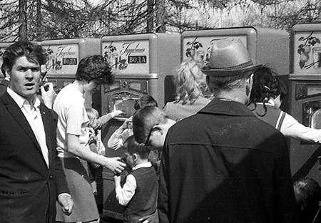 Первые в СССР автоматы с газировкой. 1960