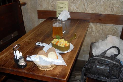 Картошечку с тушёнкой приносят в котелках