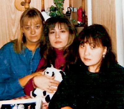 После гибели ТАЛЬКОВА его жена (справа) приютила в своей квартире любовницу мужа Елену КОНДАУРИНУ (слева) и её подругу Марию БЕРКОВУ (посередине)