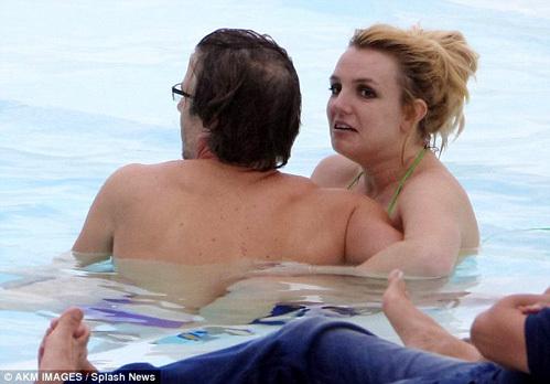 ТРАВИК нежно обнимал свою подругу в воде
