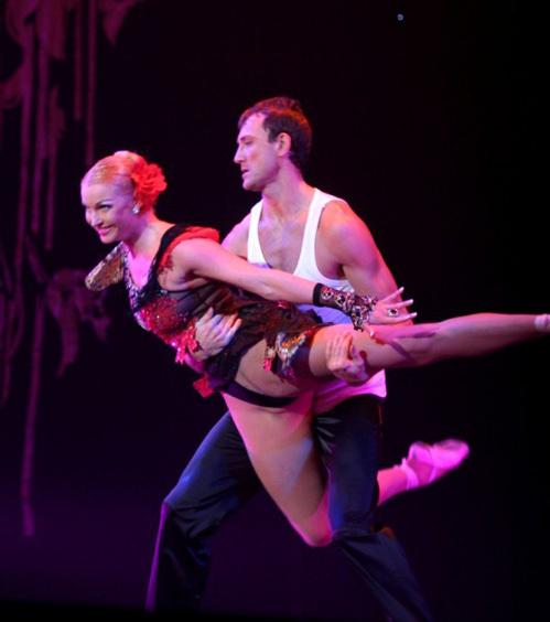 ...и лишь лицо партнёра Насти выдавало, что балет - это нелёгкая ноша