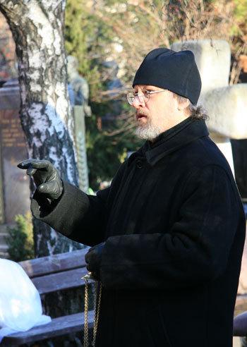 По православной традиции надгробие освятил батюшка